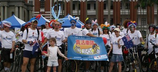 Family_volunteers_and_friends-Live_Right_team-international_flavor_to_Taiwan_Bike_Day.JPG
